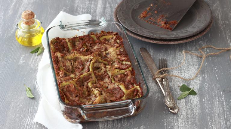 Infornate le lasagne e lasciatele cuocere per 20-25 minuti, fino a che la superficie è leggermente dorata.