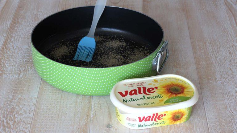 Accendete il forno a 190°C. Ungete il fondo ed i lati di uno stampo antiaderente da 20 cm con Vallé Naturalmente usando un pennello, quindi cospargete il fondo con lo zucchero di canna.