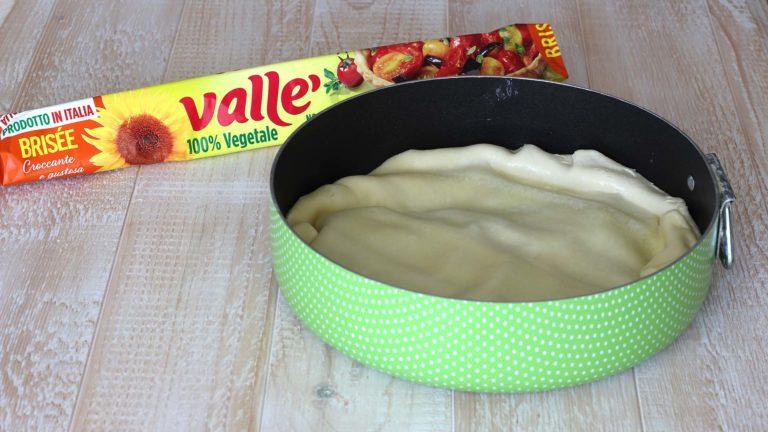 Sfornate le verdure e lasciate il forno acceso. Srotolate la brisée e sistematela sulle verdure, come a formare un coperchio. Ripiegate i bordi della pasta verso l'interno, in modo da racchiudere le verdure.