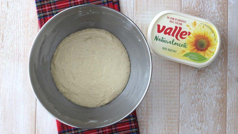 Per il secondo impasto, aggiungete nella ciotola del primo la farina e lo zucchero. A parte sciogliete in poca bevanda di soia il lievito secco, quindi unitelo nella ciotola ed impastate. <br />