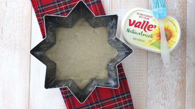 Ungete le pareti di uno stampo per pandoro da 750g usando un pennello e Vallé Naturalmente. Versate l'impasto all'interno e lasciatelo lievitare al riparo da correnti (ad esempio nel forno spento) per 6 ore.