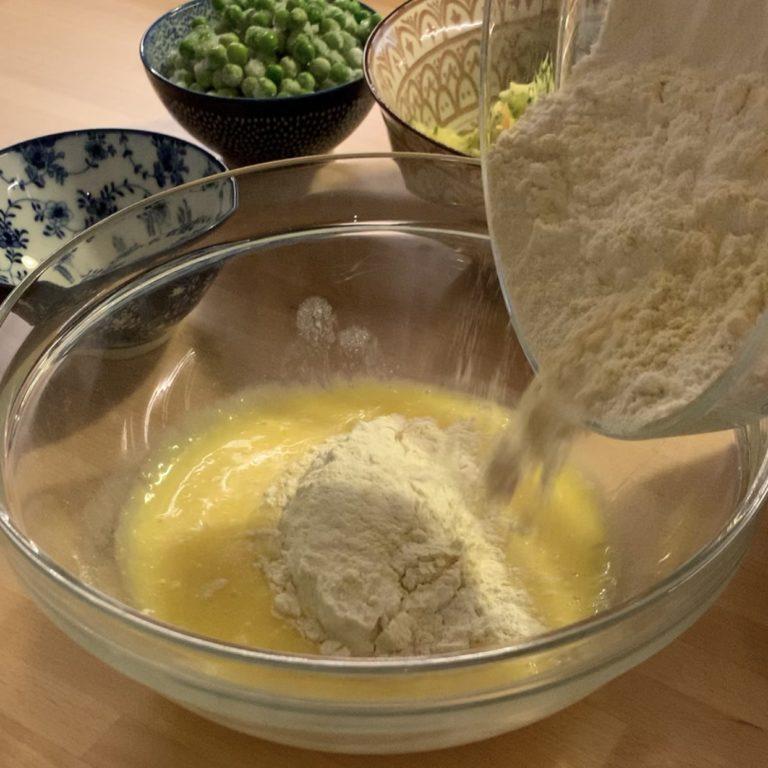 Quando ben amalgamati aggiungiamo la farina, il sale, il lievito e le spezie e misceliamo bene.