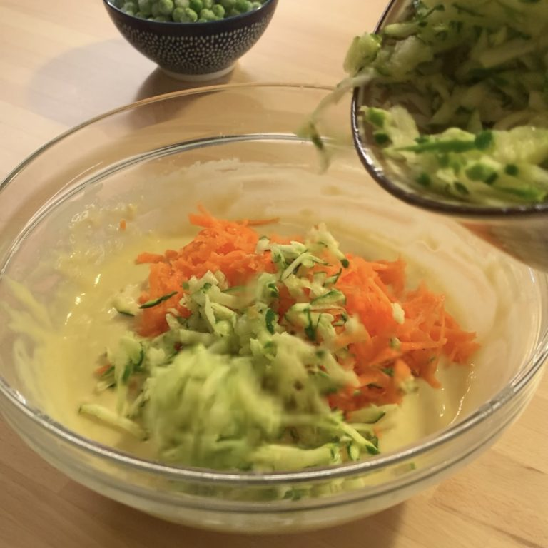 Aggiungiamo le zucchine e le carote grattuggiate insieme alle olive, capperi e piselli.