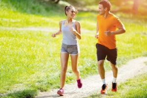 consigli per correre nel modo perfetto coppia che corre nel prato
