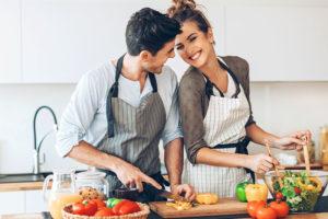 menù di Pasqua per vegetariani coppia che cucina verdure