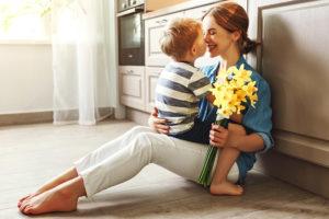 Regali perfetti per la festa della mamma bambino e mamma con fiori gialli