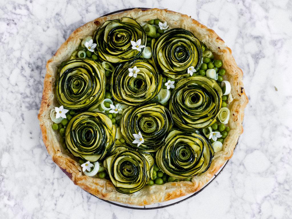 Torta salata con rose di zucchine