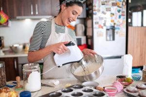 Differenza tra muffin e cupcake ragazza che cucina