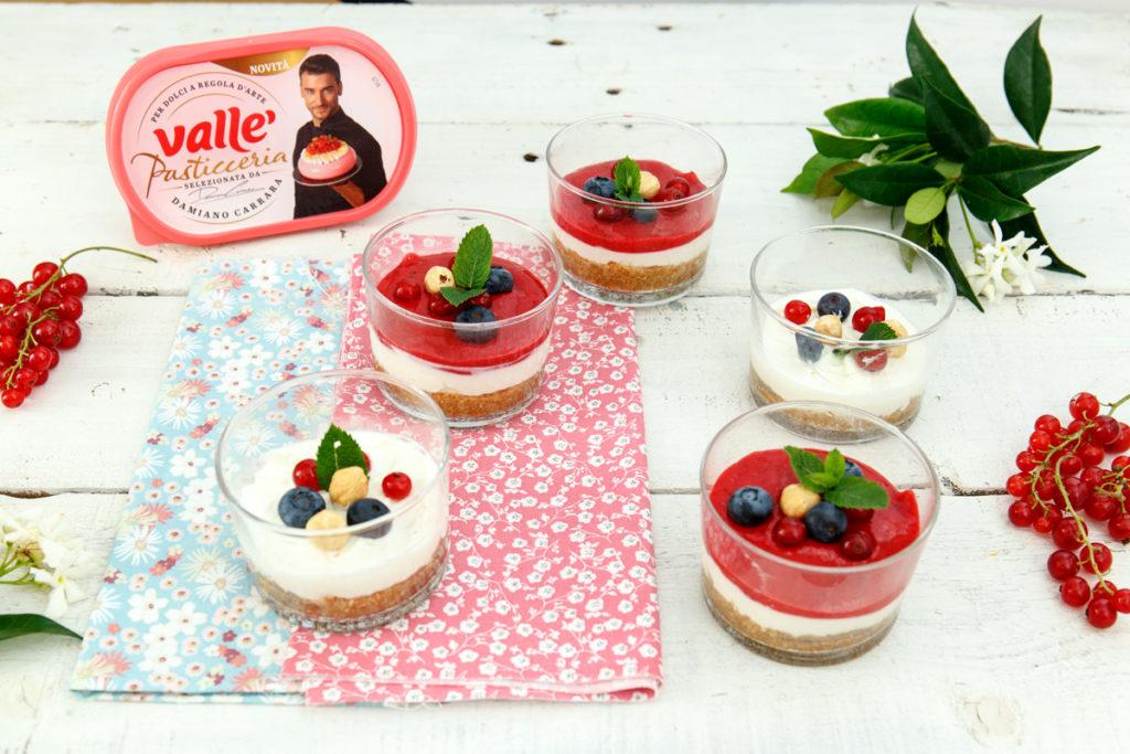 Mini-Cheesecake nel bicchiere con frutti rossi